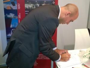 Marcelo Perez de CSI Ingenieros al momento de la firma del convenio de cooperación con la STP.